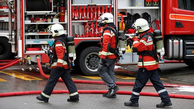 Feuerwehrleute mit Sauerstoffmasken