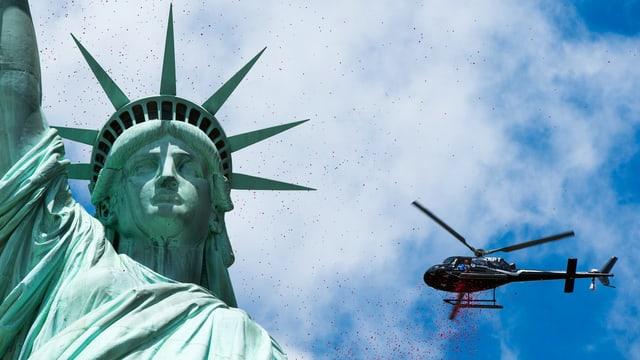 Helikopter fliegt um Freiheitsstatue