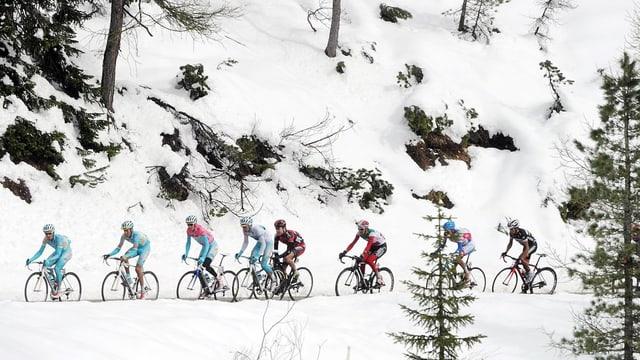 Velofahrer im Schnee