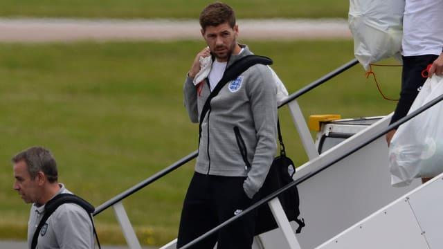 Steven Gerrard steigt aus dem Flugzeug