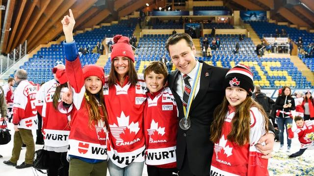 Der Trainer von Team Canada im Kreis seiner Familie.