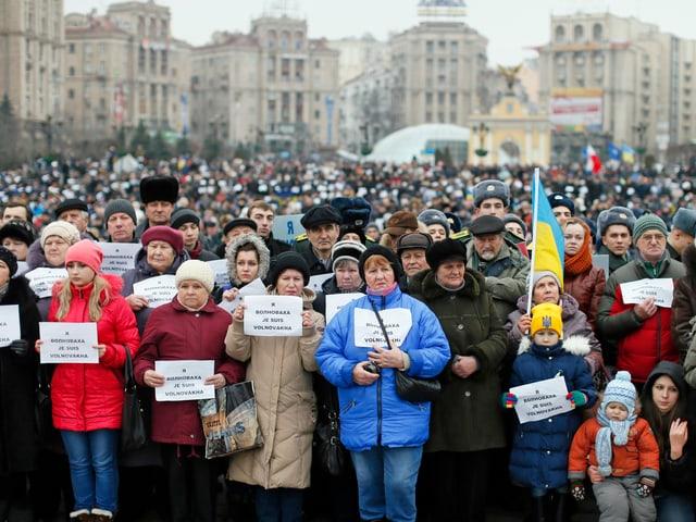 Menschen auf dem Maidan in Kiew halten Plkatae in den Händen mit der Aufschrift «Je suis Wolnowacha». (reuters)