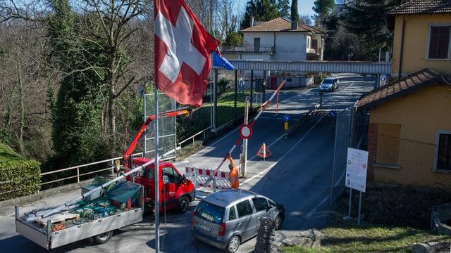 Vorbereitungsarbeiten für die Nachtschliessung am Grenzübergang Novazzano beim Übergang nach Marcetto