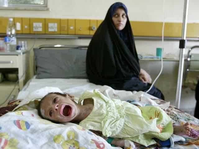 Eine Frau mit ihrem Kind in einem Spital in Irak.