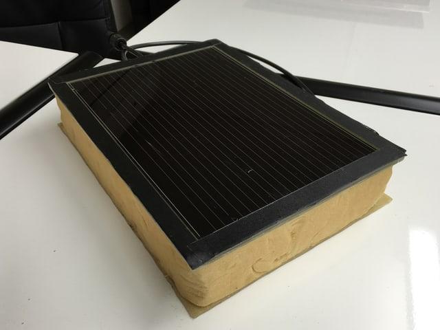 Eine Steinwolle-Schicht mit einer Solarzelle als Deckel