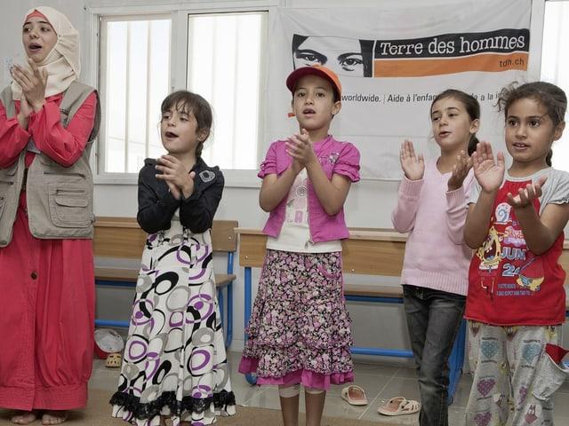 Die psychosoziale Begleitung beruht auf pädagogischen Ansätzen zu denen auch Spielen und Singen gehören.
