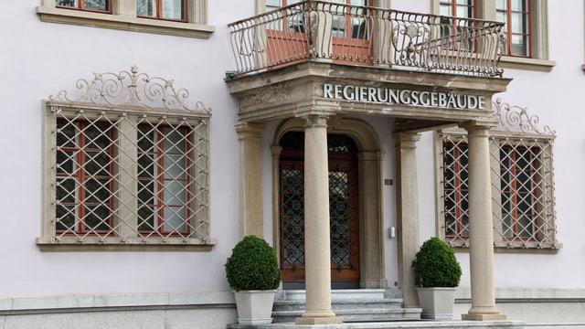 Schwyzer Regierungsgebäude mit Schriftzug und Balkon