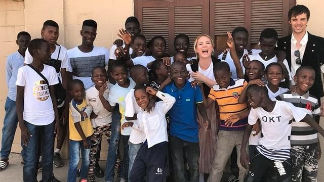 Barbara Klossner posiert mit senegalesischen Kindern und Jugendlichen anlässlich des Musikvideodrehs.