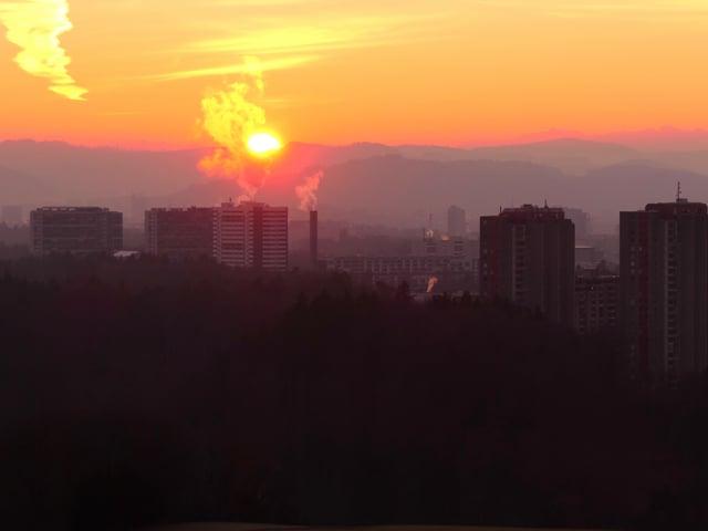 Am Horizont eine brennende Kugel.