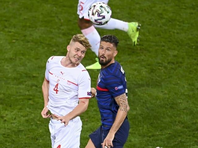 Nico Elvedi und Olivier Giroud im Luft-Duell.