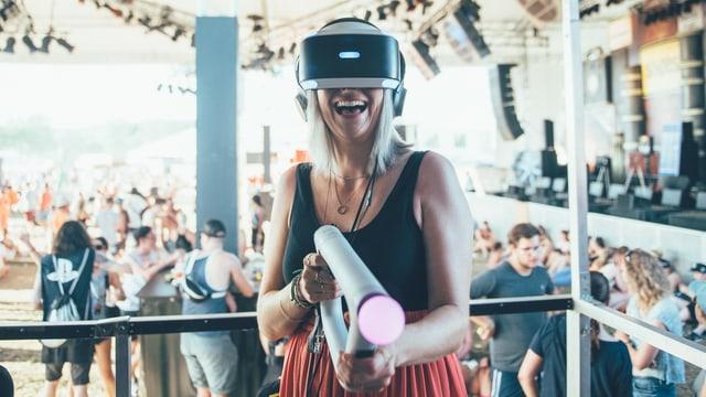 Tina Nägeli spielt mit VR-Brille.