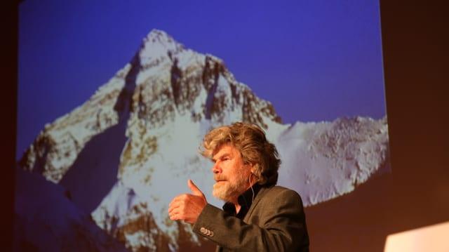Reinhold Messner referescha davant in grond maletg dal Mount Everest.