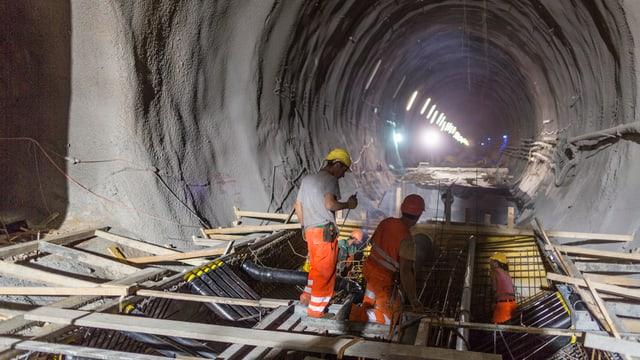 Bauarbeiter in einem Tunnel