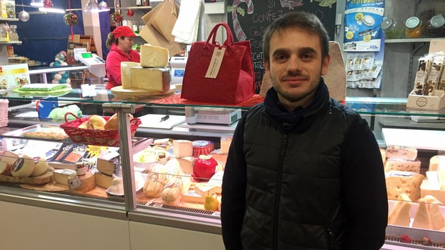 Michael De Palo steht in seinem Quartiermarkt