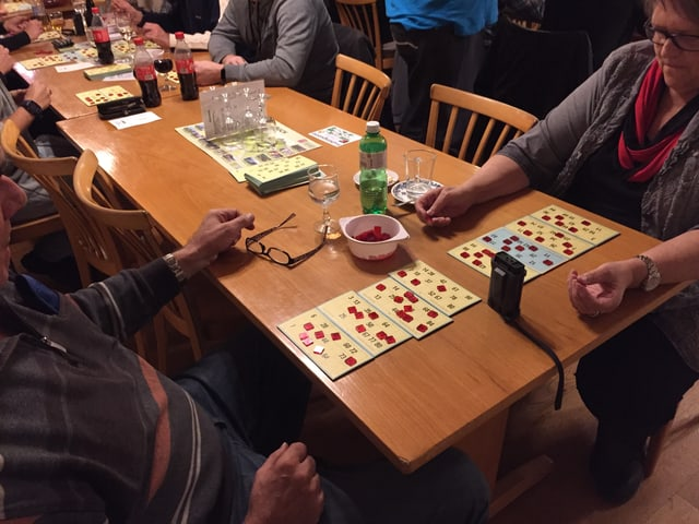 Zwei Personen spielen mit acht Karten