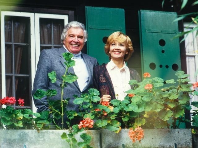 Lilo Pulver und Helmut Schmid auf einem Balkon mit Geranien.