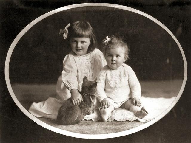 Zwei kleine Mädchen auf einem alten Schwarzweiss-Foto.
