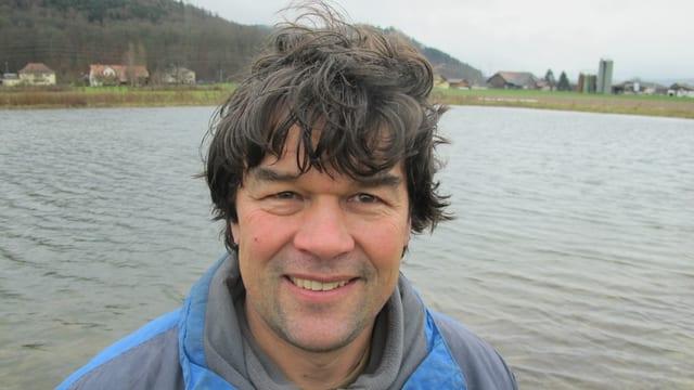Bio-Bauer Thomas Baumann aus Suhr vor seinem Karpfenteich