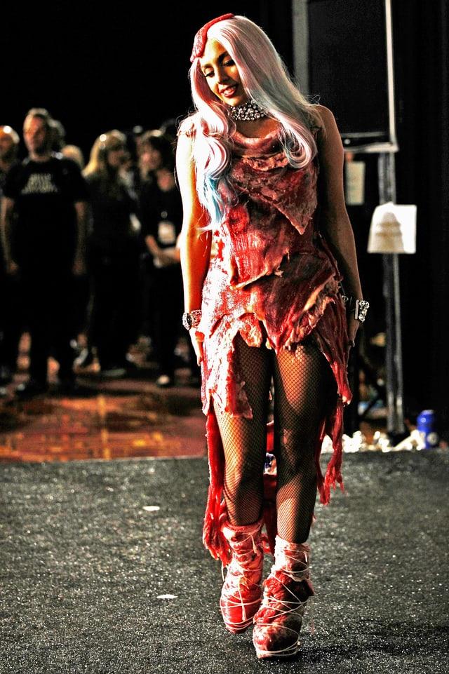 Lady Gaga in einem Kleid aus rohem Rindfleisch