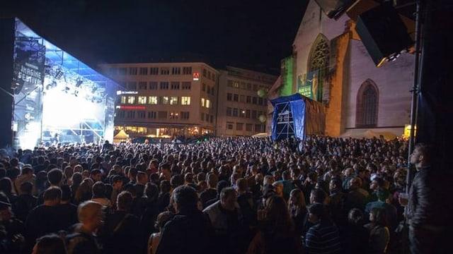 Der Basler Barfüsserplatz während des Imagine Festival. Der Platz ist voller Menschen.