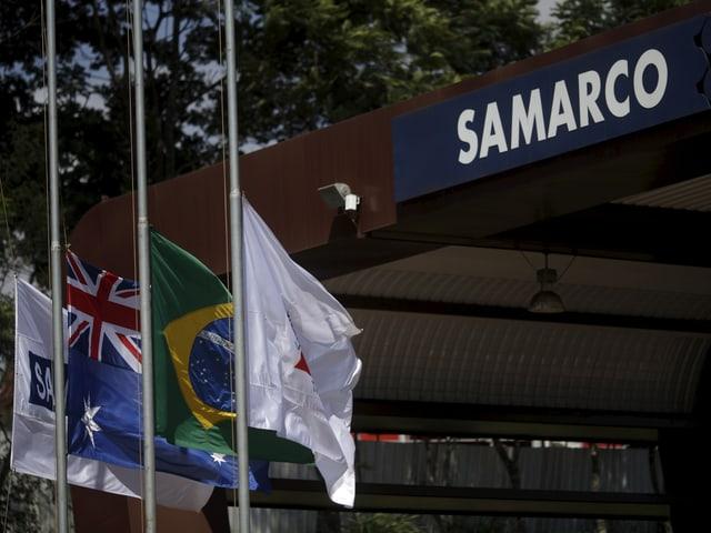 Samarco-Gebäude mit Fahnen davor
