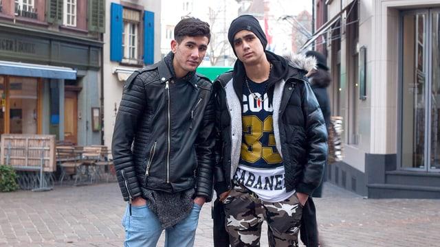 Zwei Jugendliche stehen in einer Gasse