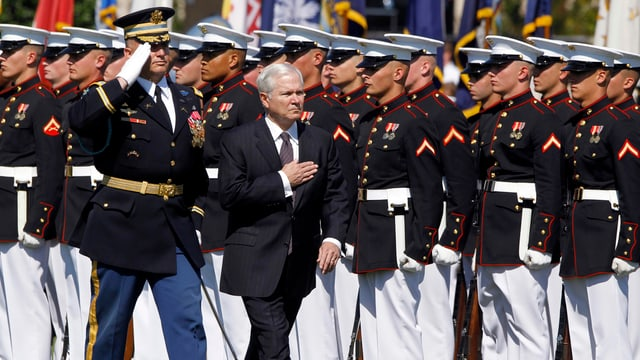 Ex-US-Verteidigungsminister Robert Gates bei einer Truppenparade.