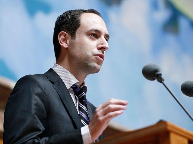 Christian Wasserfallen steht am Rednerpult und hält eine Rede.