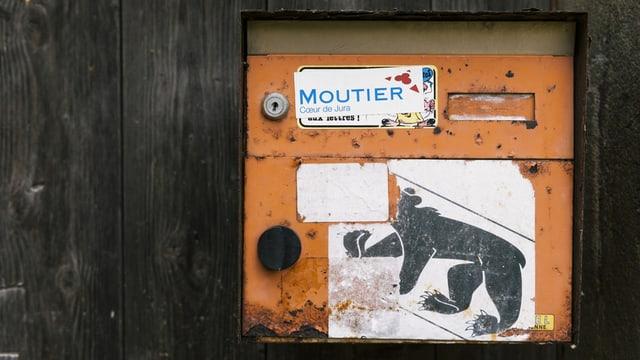 Ein Briefkasten mit einem Bererner Wappen und einem Moutier Aufkleber.