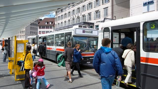 Menschen steigen in einen Bus.