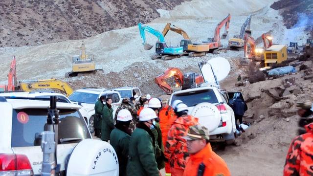 Rettungskräfte und Bagger am Unglücksort der Mine