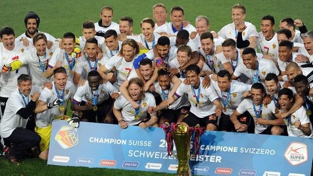 Die Basler Mannschaft feiert 2016 den Titelgewinn mit dem Meisterpokal.