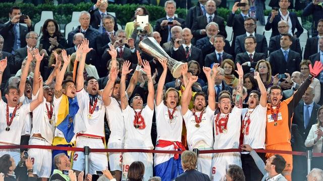 Sevilla-Mannschaft jubelt nach EL-Gewinn 2014.