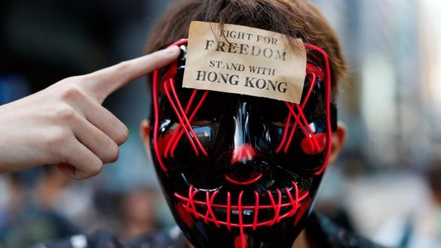 Ein Demonstrant mit Maske