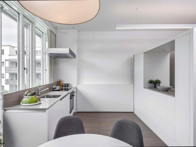 Küche und fahrbares Büro in einer kleinen Wohnung.