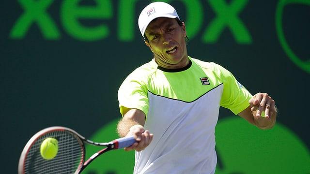Tennisspieler spielt Vorhand.