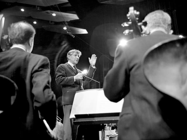 Leonard Bernstein und Orchester-Musiker