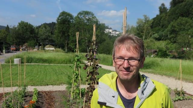 Stefan Herfort, stellvertretender Leiter der Stelle für Natur- und Landschaftsschutz der Stadt Luzern, steht vor den Beeten des Gemeinschaftsgarten im neu gestalteten Areal im Friedental.