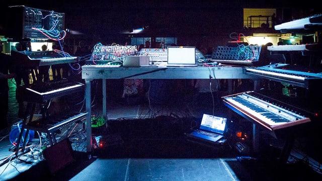 Mehrere Synthesizer stehen bereti für ein Konzert.