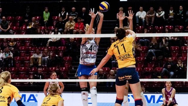 Frauen spielen Volleyball