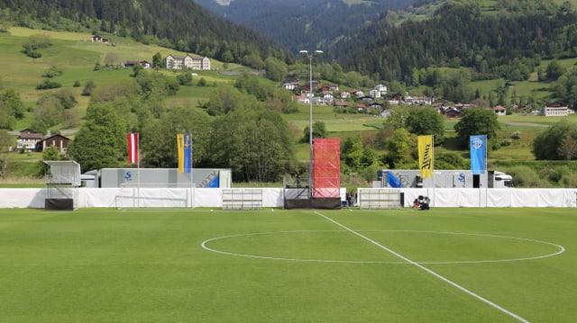 L'Arena da ballape Crap Gries cun vista vers il vitg da Schluein.
