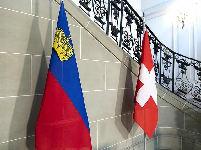 Die Flaggen der Schweiz und von Liechtenstein.