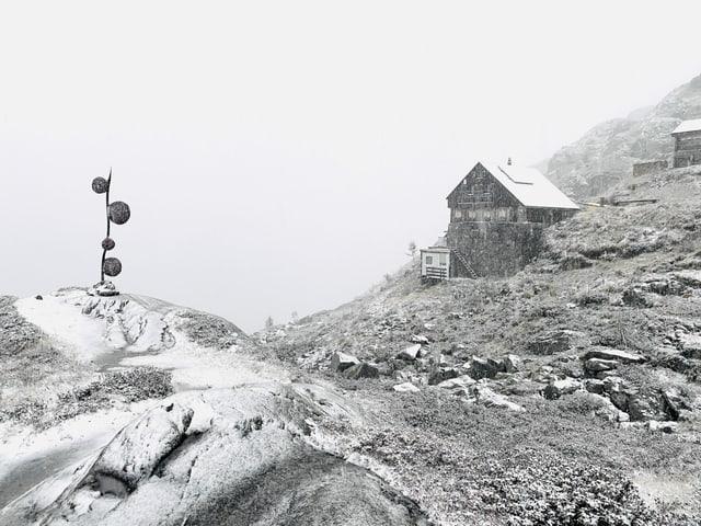 Schnee vor einer SAC Hütte.