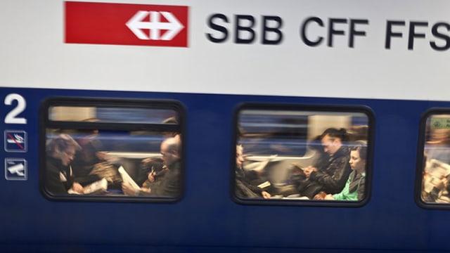Tren cun passagiers.