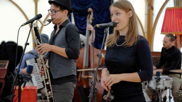 Die Sängerin Sabrina Troxler und der Saxophonist Nik Maeder bei einem Live-Auftritt