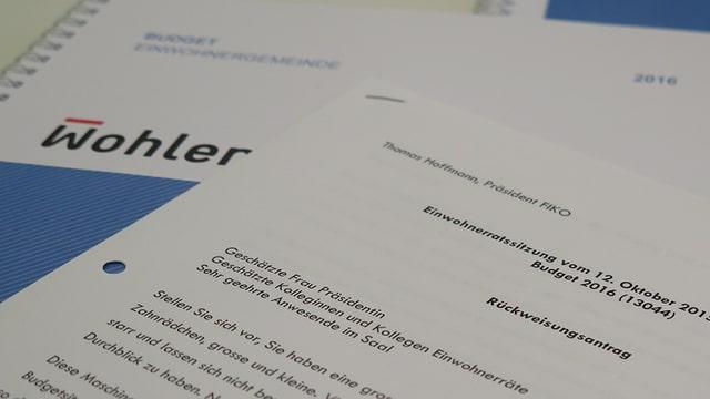 Das Budget-Buch, im Vordergrund der schriftliche Rückweisungsantrag - gestelltes Bild