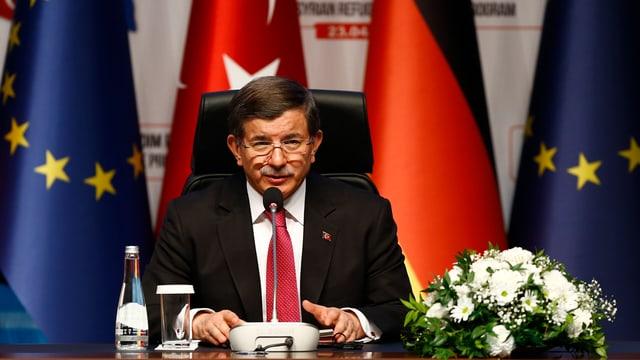 Der türkische Ministerpräsident Ahmet Davutoglu an der Pressekonferenz. (reuters)