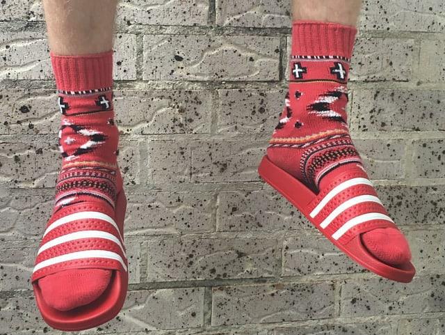 rote Adiletten mit roten Socken
