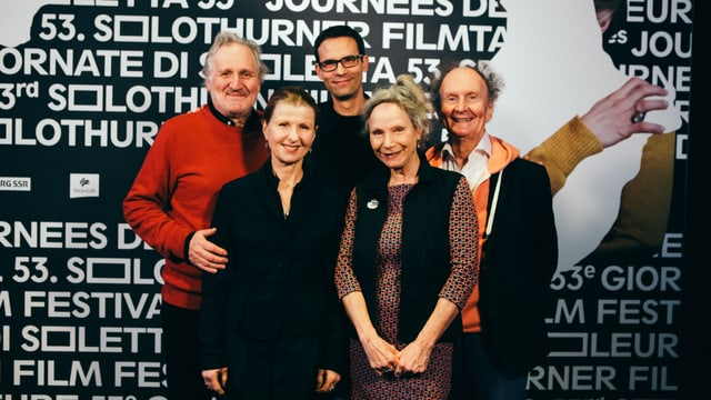 Regisseur und Cast von «Di chli Häx» posieren in Solothurn für die Fotografen.