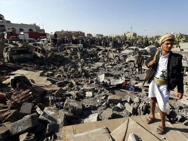 Zerstörte Gebäude und Autos in Sanaa nach Luftangriffen